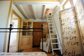 Ferienwohnung Comer See - Schlafzimmer mit Leiter zur Mansarde